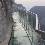 中国の1430mの崖に存在するガラスの道!