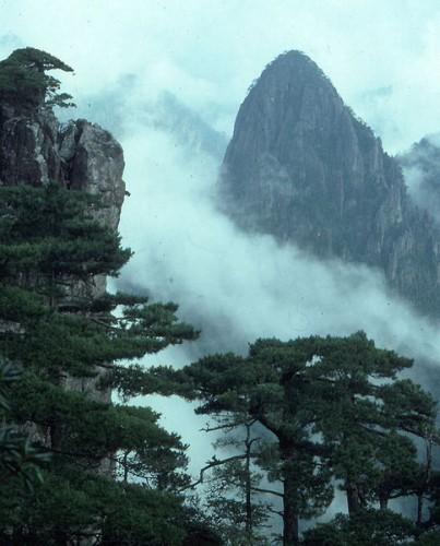 484px Huangshan fengjing 403x500 桃源郷、住むのは仙人か人間か。中国湖南省の理想郷。