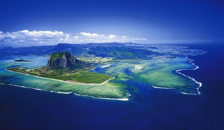 mauritiusunderwaterwaterfall4 まるで海中の巨大な滝!モーリシャス島の絶景!
