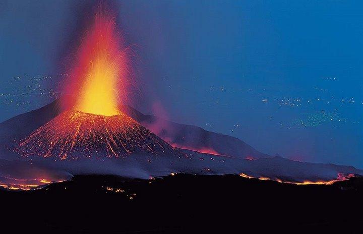 mount etna eruption 2011 video エトナ山が噴火!相次ぐ噴火にも現地は意外に冷静。