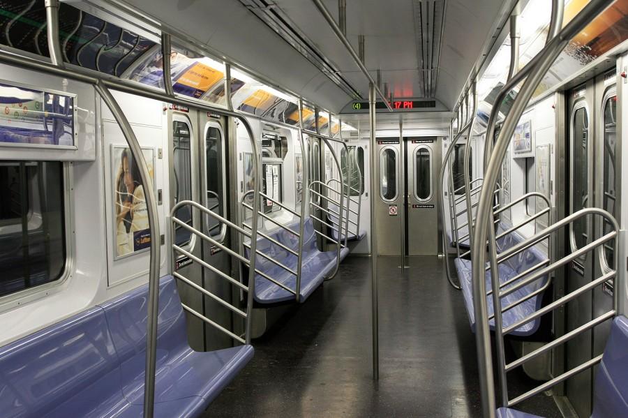 Empty subway in NYC 900x599 電車内のイヤホンは難聴の危険!普段から難聴防止を心がけよう。