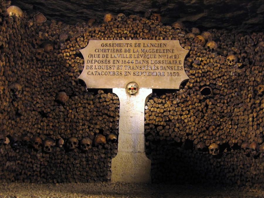 Catacombes de Paris edit 900x675 カタコンブ・ド・パリ。遺骨が眠る観光スポット。