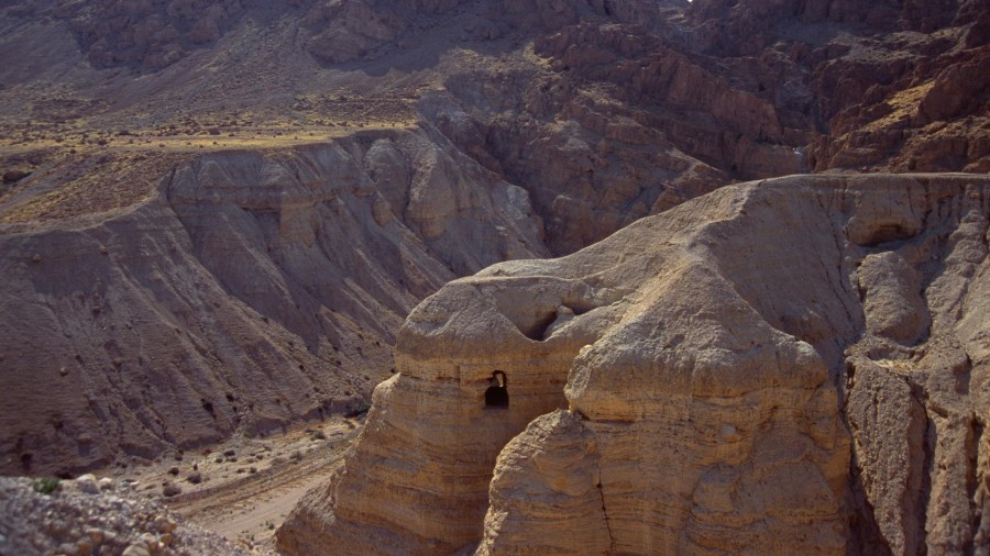 Cave of the Dead Sea Scrolls Qumran Cave 4 Israel 900x506 死海文書。隠された聖書の断片か。