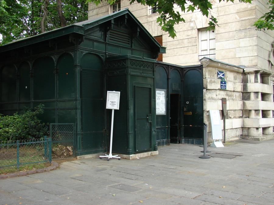 Paris Catacombs Entrance 900x675 カタコンブ・ド・パリ。遺骨が眠る観光スポット。