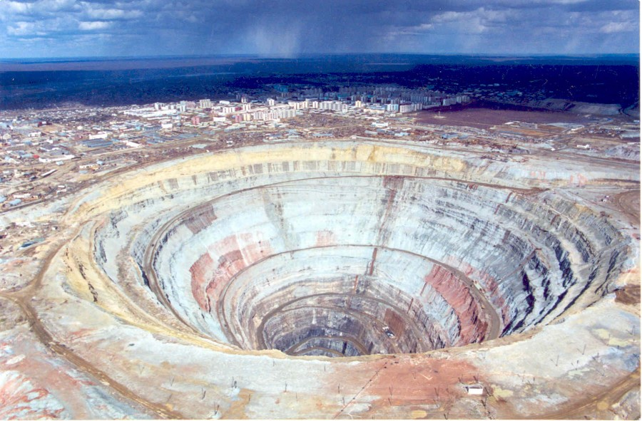 mirny11 900x591 ミール鉱山、地球に開いた巨大な穴!