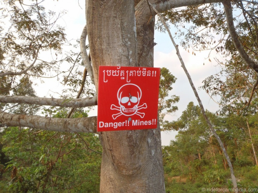 12 Danger Mines sign in Cambodia 1024x768 900x675 カンボジアの地雷原、今も残る多くの地雷。