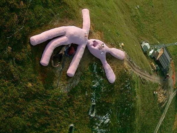 gelitin pink giant rabbit colletto fava italy woe5 e1394086741234 巨大なウサギのぬいぐるみ!全長61mのオブジェ!