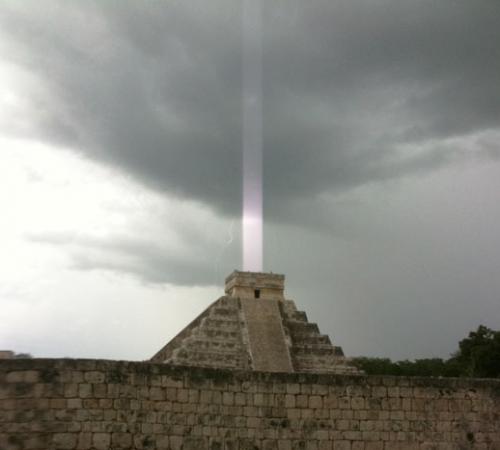 mayan light beam 500x450 光柱現象!空へと結ばれた光。