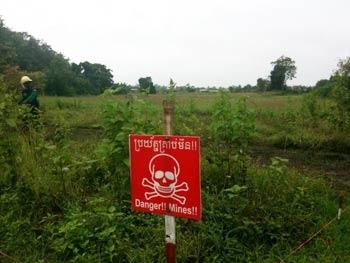 minefield 350x263 カンボジアの地雷原、今も残る多くの地雷。