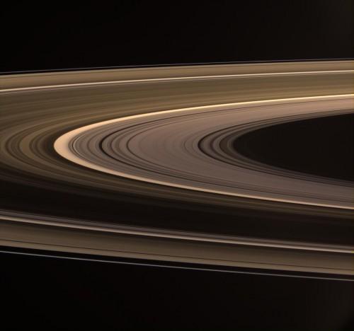 saturn rings aglow 500x468 土星の環(リング)誕生の謎、提唱される2つの可能性。