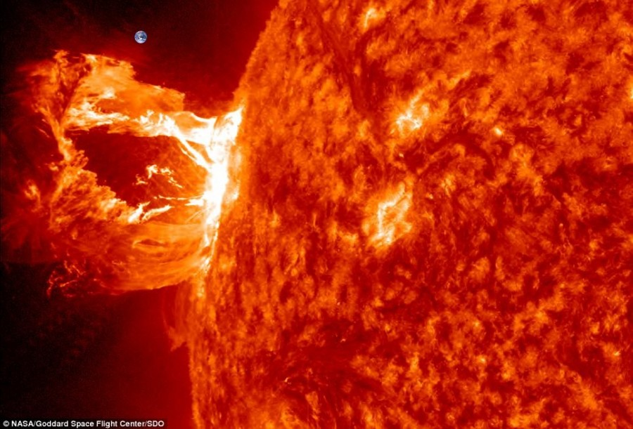 2012 04 15 sun flares vs earth 900x611 太陽の寿命は100億年!現在は46億歳。
