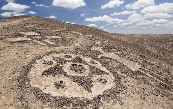 geoglyph chile アタカマの地上絵、斜面に描かれた謎の巨人!