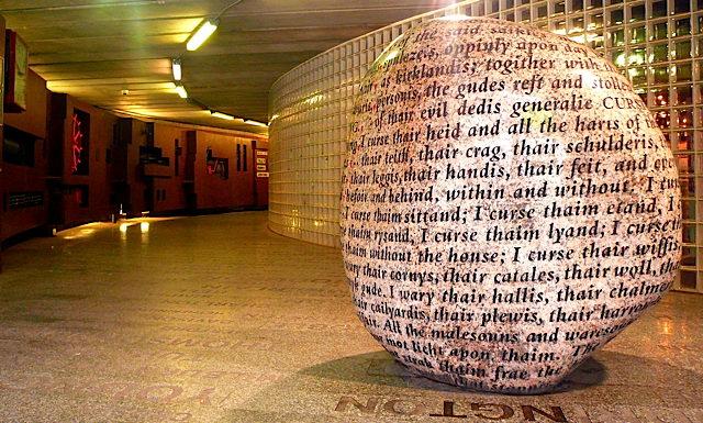 aacursingstonelarge 呪いの石、現在も残る多くの文字。