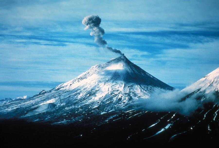 Pavlof Volcano Alaska Peninsula NWR 900x609 パブロフ火山の危険性、航空網の麻痺や融雪型火山泥流も懸念される。