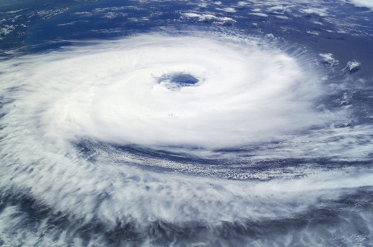 800px Cyclone Catarina from the ISS on March 26 2004 台風発生のメカニズム。空気の渦の源。